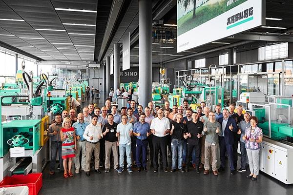 """Plastics news """"Wir sind da."""" – Arburg service worldwide"""