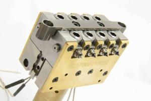 Thermoplay thermal side-gate TFS-Linear hot runner nozzle with 4 + 4 injection points (© Thermoplay)