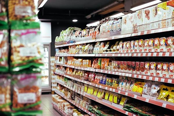 Supermarket shelves: Plastic packaging